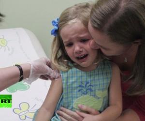 В США не утихают споры о возможности влияния вакцин на развитие аутизма у детей.