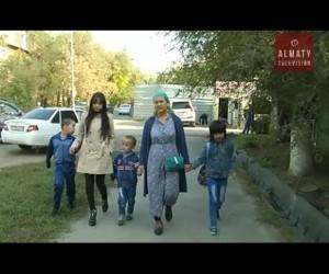 В Алматинской области мать-одиночка растит троих детей, страдающих аутизмом.
