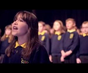 10-летняя аутичная девочка из Северной Ирландии исполняет песню «Hallelujah»