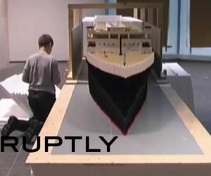 Исландский мальчик-аутист собрал самую большую в мире модель «Титаника» из «Лего».