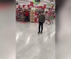 Спевший в британском супермаркете мальчик с аутизмом прославился в соцсетях.